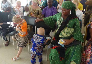 Mère de deux petites filles atteintes d'albinisme